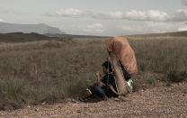 Um dos carregadores do nosso grupo descansa na trilha. Pense no peso.